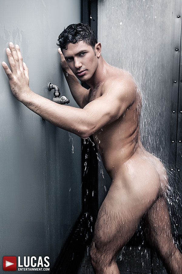 Dato Foland In A Shower
